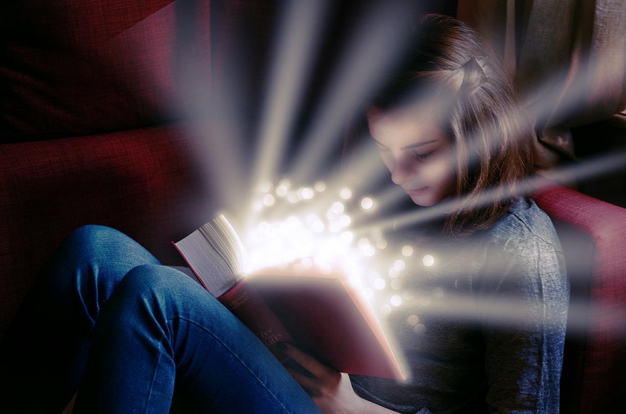 Oração do Credo Católico - Um menina a ler a biblia