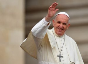 Pápa Francisco a sorrir